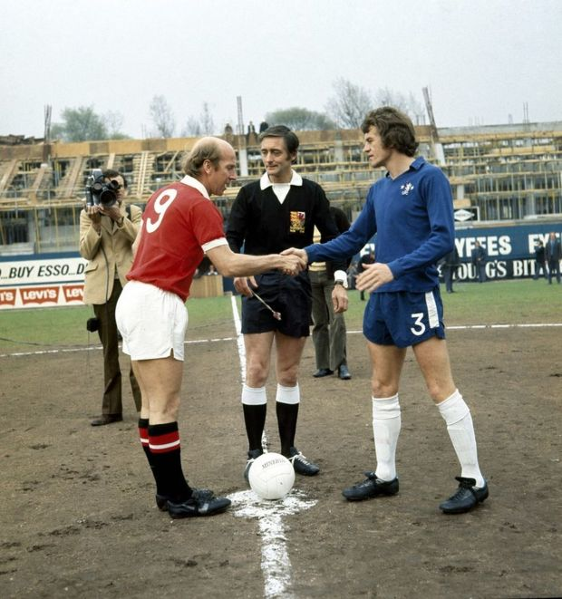 Chelsea-1-v-Manchester-United-0Bobby-Charlton-exchanges-pennants-with-Chelsea-captain-Eddie-McCreadie-before-he-kicks-4712650