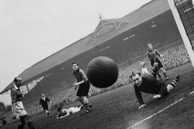 Manchester-United-v-Wolverhampton-Wanderers-26th-March-1949FA-Cup-Semi-Final-at-HillsboroughPress-cameramen-squatting-4712654