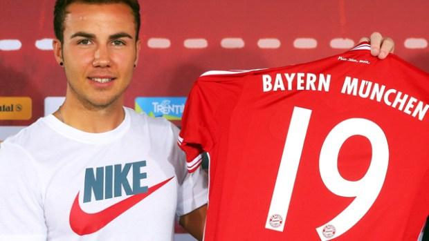 Mario Götze's Nike fashion faux-pas at Bayern Munich unveiling - video