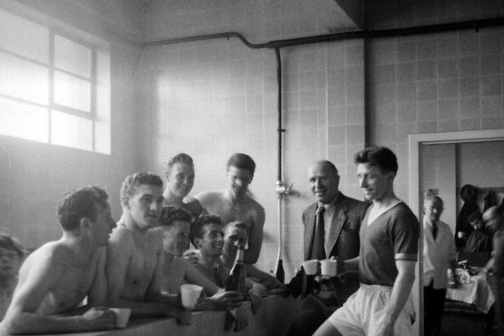 Matt-Busby-and-players-celebrating-winning-Division-1-with-champagne-in-the-bathApril-1957-4712676