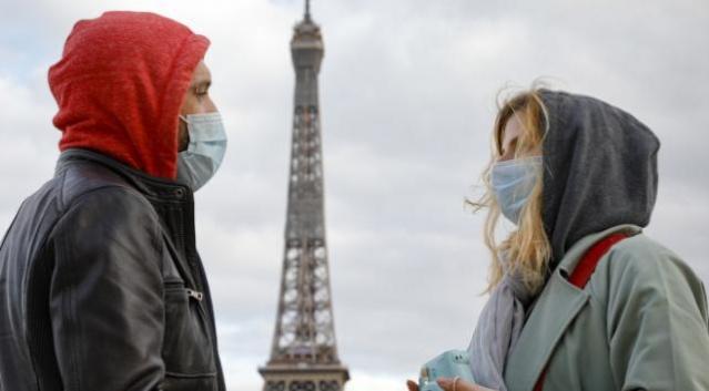 Fransa'da yasaklara tepkiler büyüyor Sağlık sektöründe çalışan hastalığa yakalanma riskiyle temas içinde olan doktor, hemşire, hastabakıcı gibi çalışanlara 15 Ekim'e kadar iki doz aşı için süre tanınacak. Fransa'da hükümetin Covid-19 ile mücadele politikasını protesto eden yüz binlerce kişi son bir ay içinde art arda 4. kez gösteri düzenlemek için dün ülke genelinde sokaklara indi. Başta başkent Paris olmak üzere yaklaşık 150 yerleşim biriminde düzenlenen gösterilerde, Covid-19 aşısının bazı mesleklere zorunlu hale getirilmesi ve Covid-19 sağlık ruhsatı uygulaması protesto edildi. Gösterilere ülke genelinde 250 binden fazla kişinin katıldı, Anayasa Mahkemesi, Perşembe günü yasaya yapılan itiraz reddetmişti. Fransa'da yetişkinlerin yüzde 79'u en az bir doz, yüzde 68'si iki doz aşı oldu. Cumhurbaşkanı Emmanuel Macron'un, 12 Haziran'da zorunlu sağlık ruhsatı getirmesinden bu yana 7 milyon kişi aşı oldu. Fransa'da Covid-19 şu ana kadar yaklaşık 112 bin can aldı.