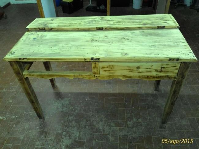 Restyling di un tavolo rustico in legno misto