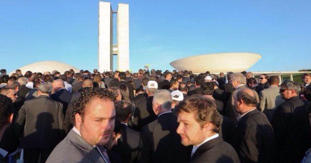 Ricardo Mascarenhas e mais de 3 mil prefeitos marcham até a residência oficial do presidente Temer com pedido de urgente socorro financeiro