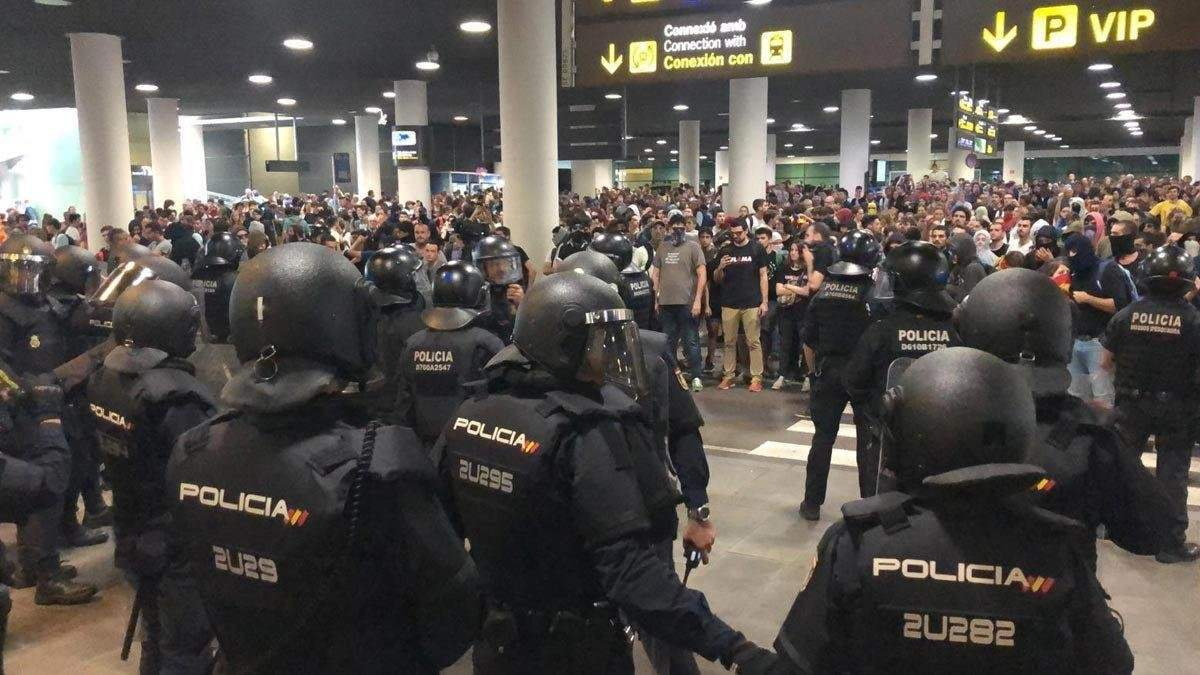 Scontri all'aeroporto di Barcellona, voli cancellati