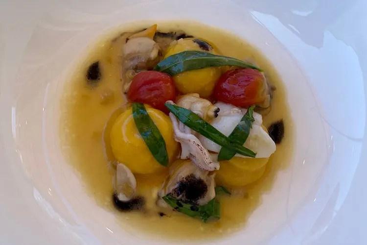 Tortelli di baccalà, calamaretti, vongole e aglio nero - Le contaminazioni nostrane nella cucina di Stefano Ciotti