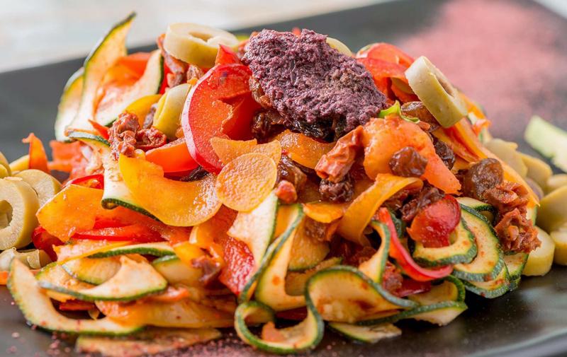 LaCarpotecnìaè la tecnica di lavorazione dei Frutti con cui poter replicare i piatti di diverse tradizioni culinarie in una versionesalutista, etica e sostenibile a livello ambientale