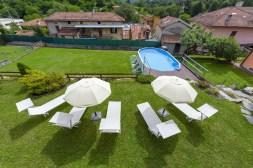 De grote tuin met bovengronds zwembad