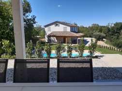 Uitzicht vanaf het terras van huis Luna op het zwembad en op huis Sole