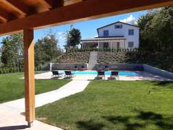 Uitzicht vanaf het terras van huis Sole op het zwembad en op huis Luna