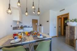 Eethoek en volledig uitgeruste open keuken