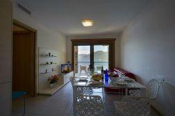 13Woonkamer met schuifdeur naar het terras en uitzicht op het Comomeer