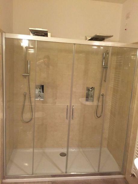 Badkamer met dubbele douche