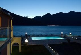 Uitzicht op het meer 's avonds