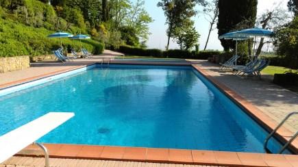 Zwembad met duikplank