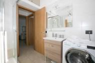 Badkemr met douche en wasmachine