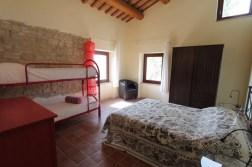 Slaapkamer met 2-persoonsbed en stapelbed