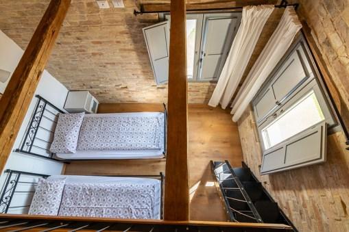 Slaapkamer met twee 1-persoonsbed en open vide (appartement 2)