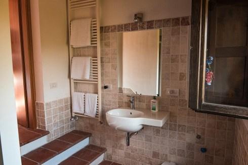 Badkamer met douche in het huisje