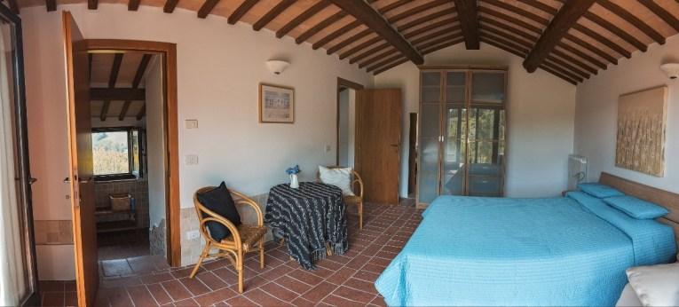 Slaapkamer met 2-persoonsbed in het huisje