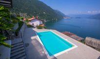 De residence met zwembad en uitzicht op het Comomeer