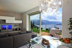 Woonkamer met schuifdeur naar de prive-tuin met uitzicht op het Comomeer