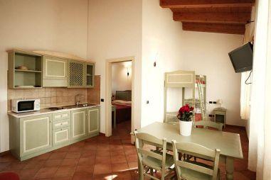 Woonkamer met open keuken en stapelbed