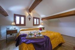 ligSlaapkamer met wtee 2-persoonsbedden