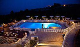 Het zwembad is 's avonds verlicht