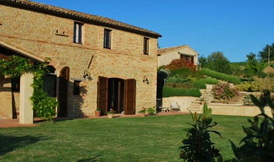 De villa en op de achtergrond het huisje