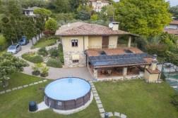 Prive-tuin met zwembad en groot overdekt terras