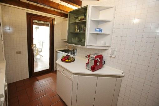 Keuken met deur naar het terras
