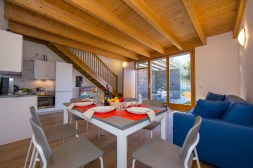Woonkamer met svolledig uitgeruste open keuken