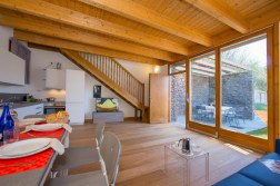 Woonkamer met schuifdeur naar het prive-terras