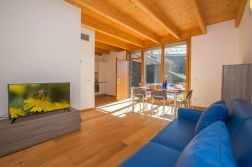 Woonkamer met zithoek, eethoek en toegang tot het priva-terras