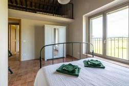 Slaapkamer met 2-persoonsbed en vide