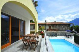 Terras met uitzicht op het zwembad en het Comomeer