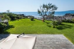 Groot prive-terras (100 m2) met uitzicht op de tuin en zee