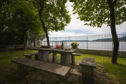 Grote prive-tuin met picknicktafel bij de oever