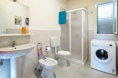 Badkamer 1 met douche en wasmachine