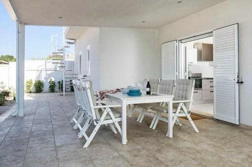 Prive-terras aan de achterkant met een tafel en 6 comfortabele stoelen