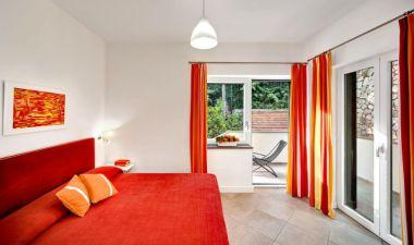Appartement Figaro | Slaapkamer met 2-persoonsbed en balkon