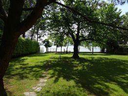 Groyte prive-tuin direct aan het meer