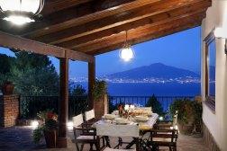 Groot overdekt prive-terras met fantastisch uitzicht uit de Vesuvius, Napels en de Middellandse Zee