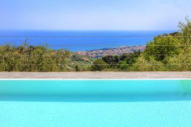 Zwembad met uitzicht op zee