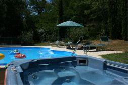 Het prive-zwembad en outdoor jacuzzi