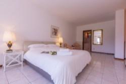 Slaapkamer 1 met 2-persoonsbed en eigen badkamer