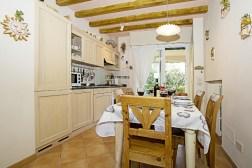Volledig uitgeruste open keuken met eethoek