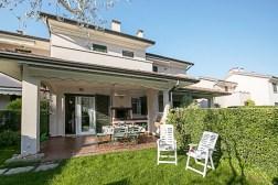 Het prive-terras en prive-tuinaan de achterkant van het huis