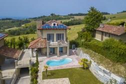 DE villa met prive-zwembad ligt in een mooie omgeving tussen de heuvels en wijnhgaarden