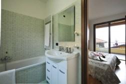Badkamer 1 met bad (en-suite)